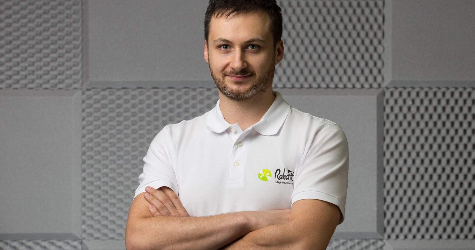 Doktor nauk o zdrowiu, fizjoterapeuta Kuba Ptaszkowski zajmujący się rehabilitacją uroginekologiczną w RehaFit we Wrocławiu.