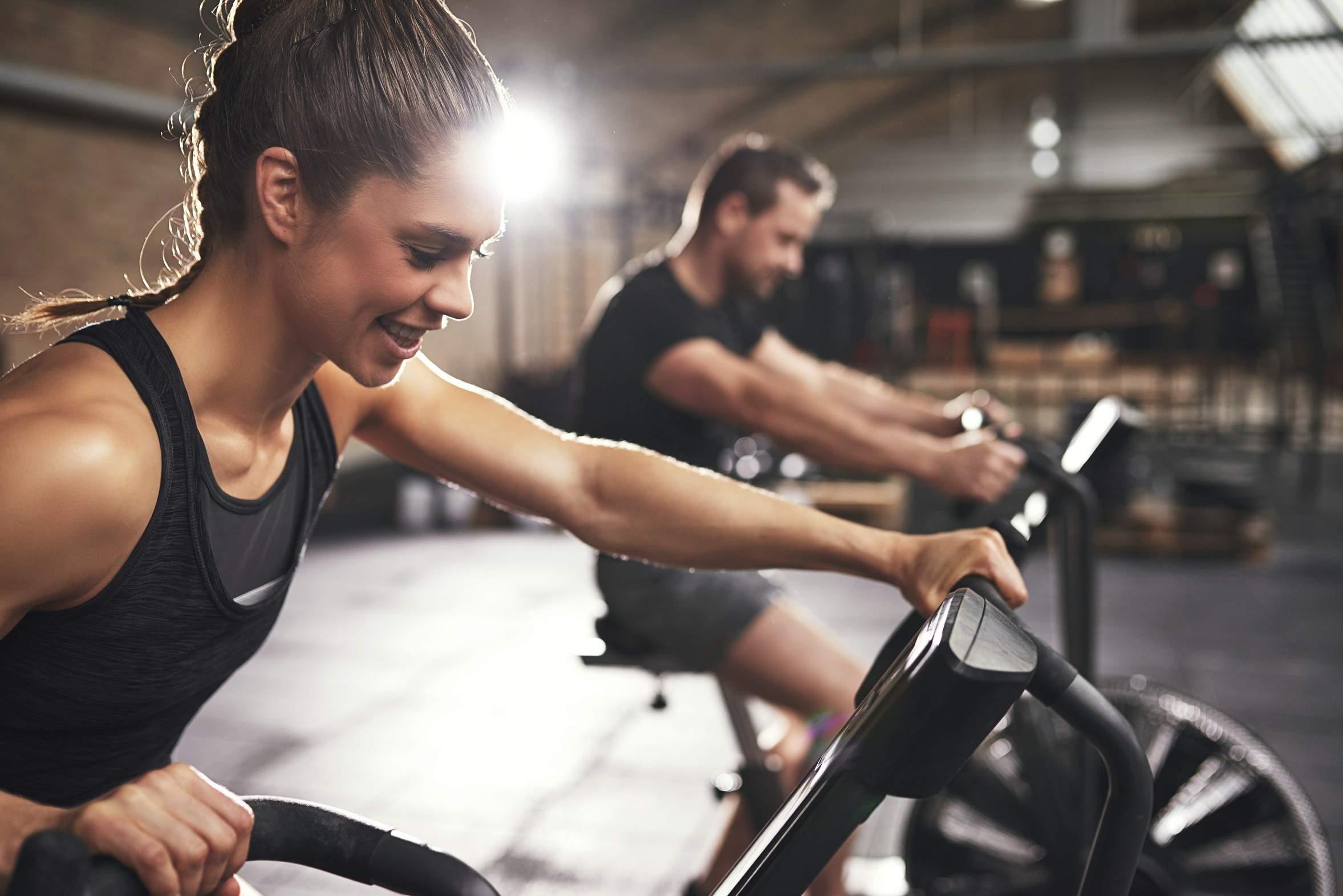 Aktywna para na rowerach podczas treningu personalnego.