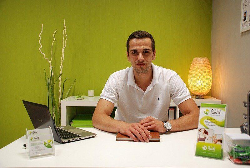 Marcin Kosowski w gabinecie czekający na pacjenta.