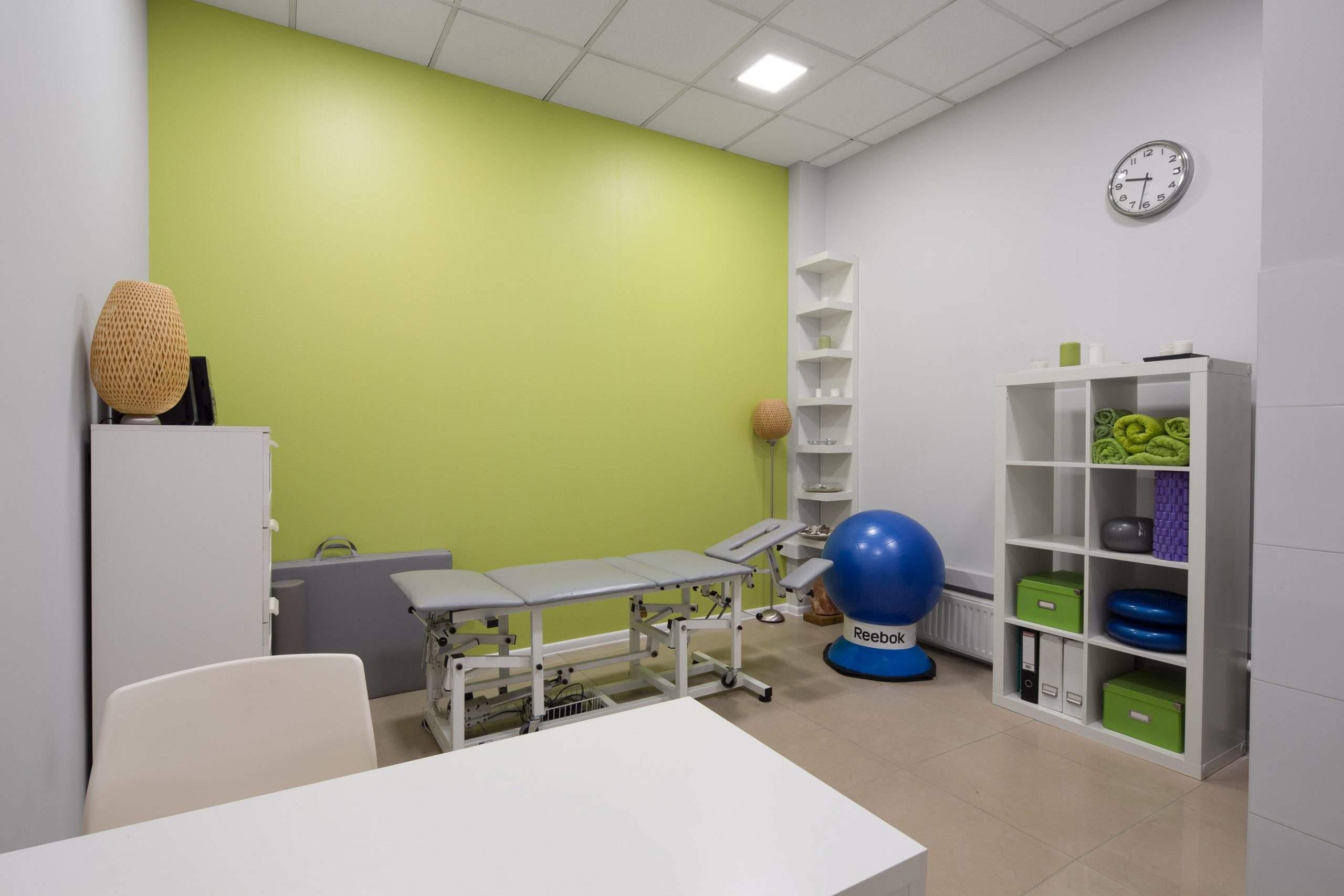 gabinet rehabilitacji i masażu gotowy do pracy i w oczekiwaniu na kolejnego pacjenta