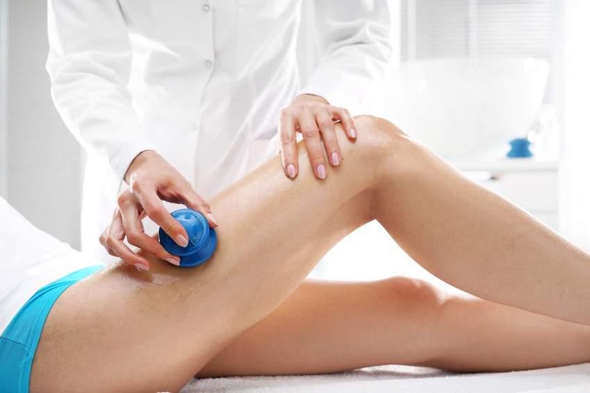 Antycellulitowy i wyszczuplający masaż bańką chińską ud pacjentki w centrum RehaFit we Wrocławiu.