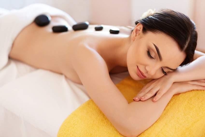 Pacjentka podczas głęboko odprężającego masażu relaksacyjnego gorącymi kamieniami w centrum rehabilitacji i masażu RehaFit we Wrocławiu.