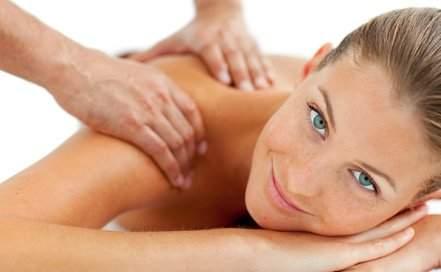 Pacjentka podczas masażu relaksacyjnego całego ciała, duży wybór rodzajów masażu w RehaFit Wrocław.