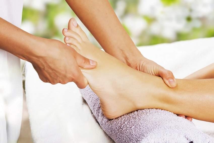 Masażystka podczas odprężającego i pielegnującego masażu stóp RehaFit we Wrocławiu.