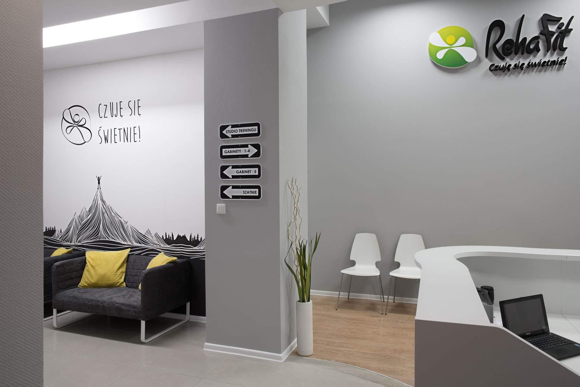przestronny hall centrum rehabilitacji, masażu i treningu personalnego RehaFit.