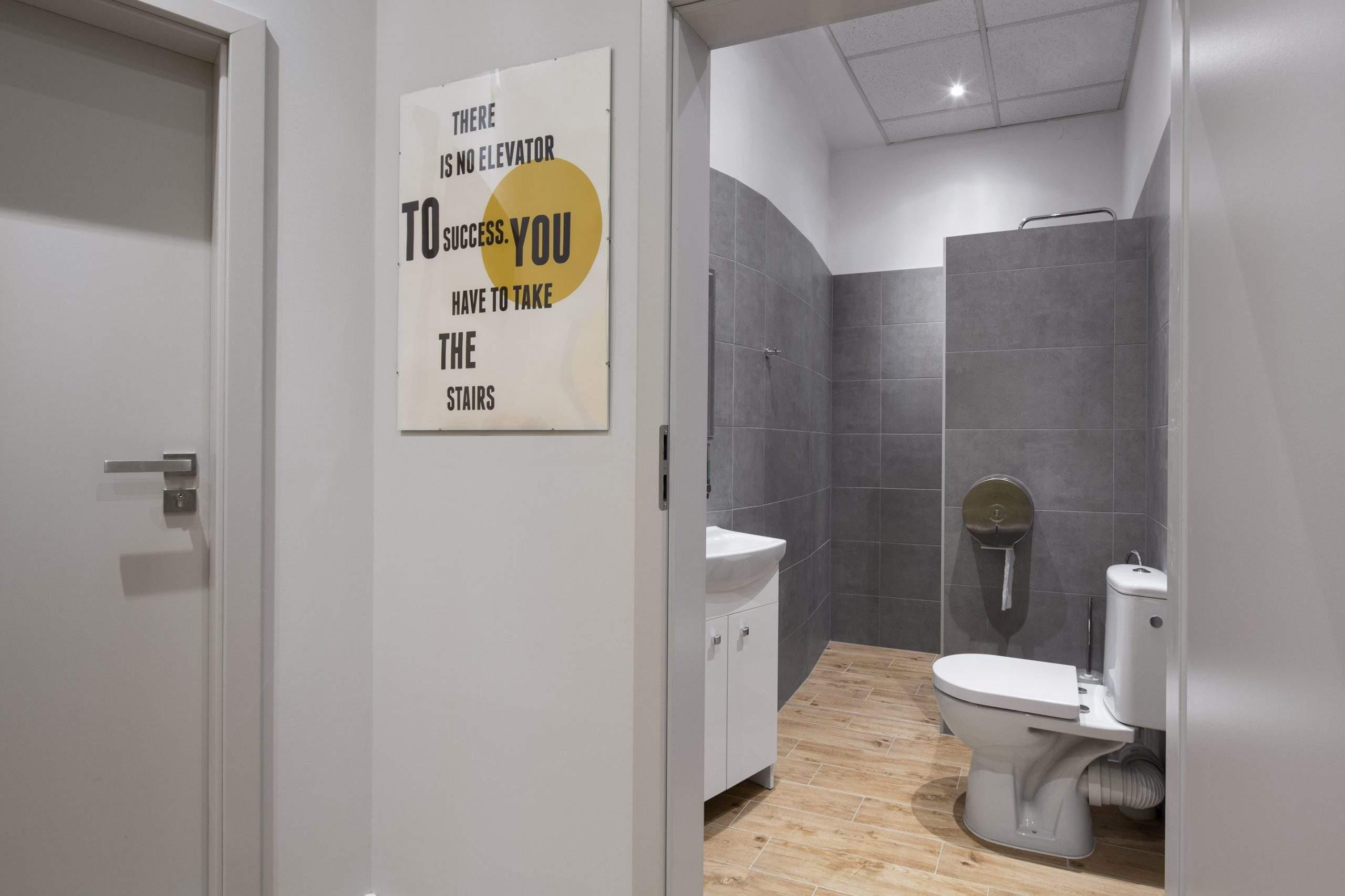 Nawe w łazienki i szatniach centrum RehaFit znajdziesz motywujące do wysiłku i cieżkiej pracy hasła.