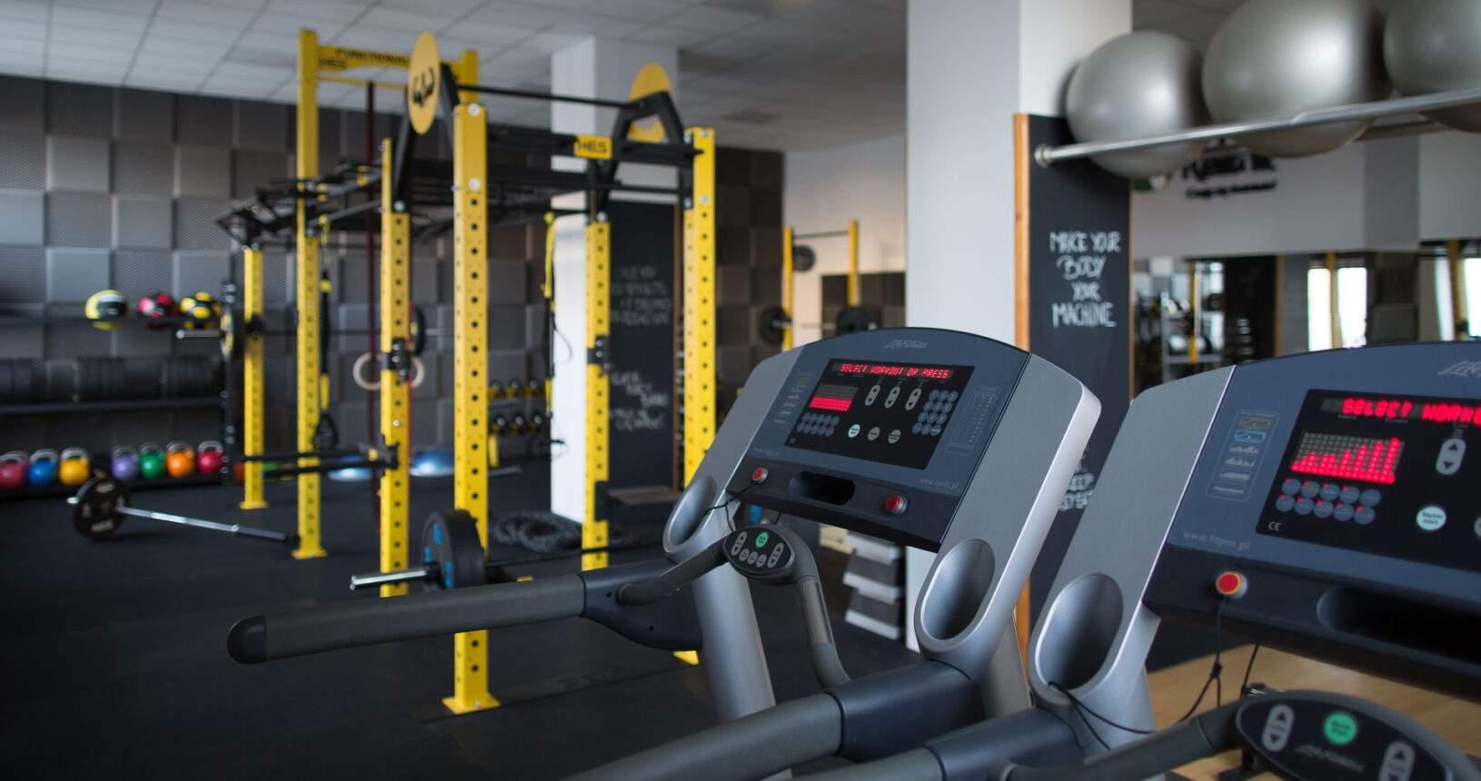 Brama HES functional rack w centrum treningu personalnego RehaFit Wrocław.
