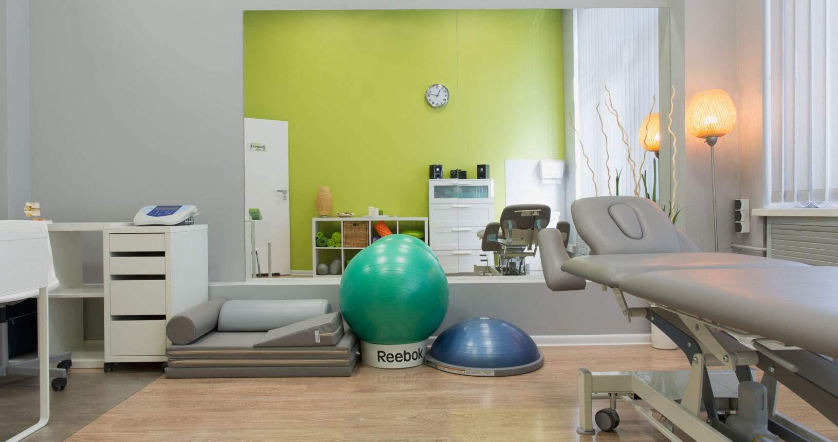 Stól rehabilitacyjny i kształtki w centrum rehabilitacji i masażu RehaFit