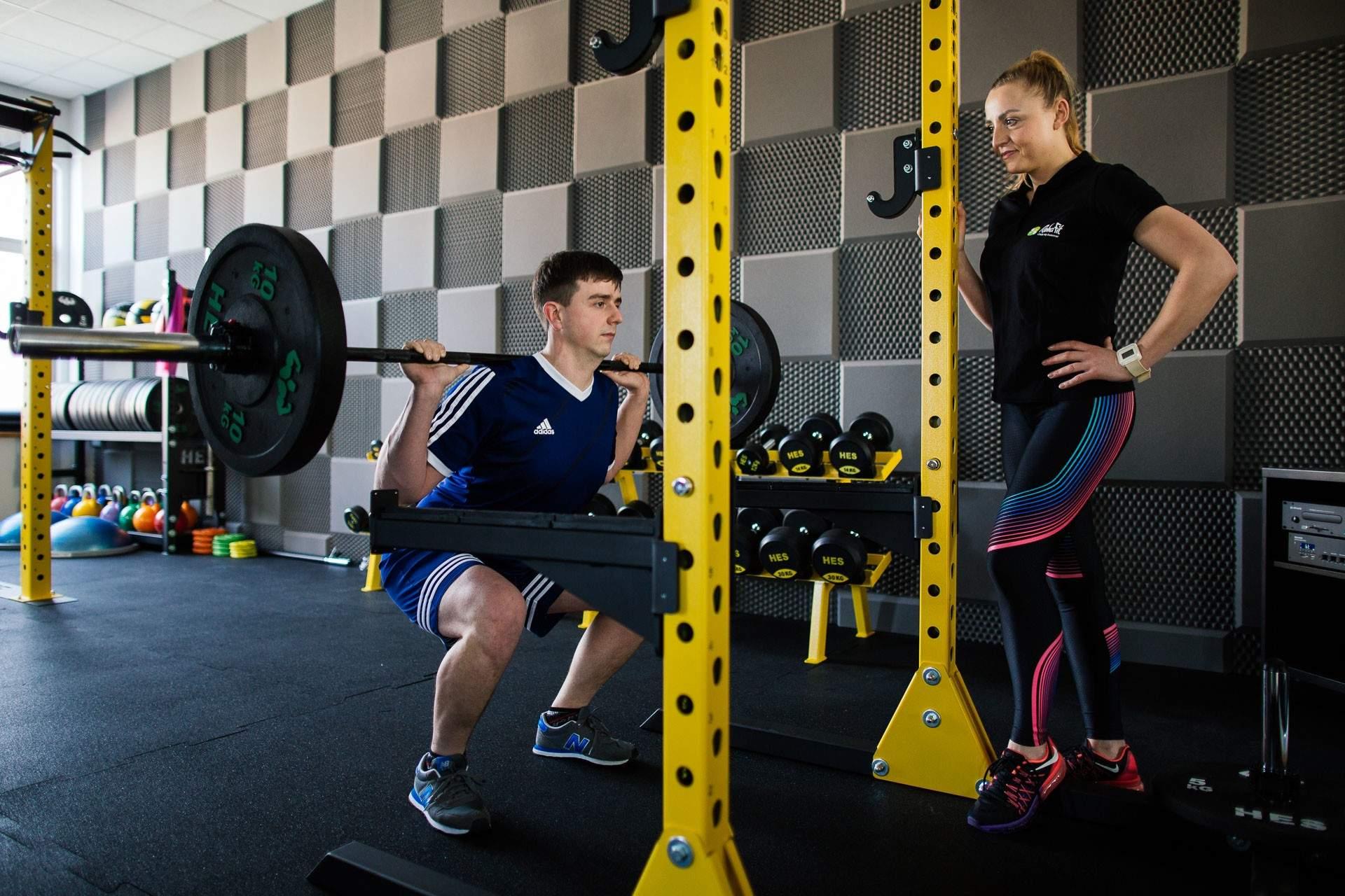 Nasza trenerka personalna Katarzyna Zielińska doskonale wie, że prawidłowo wykonywane przysiady to podstawa odpowiedniego treningu.