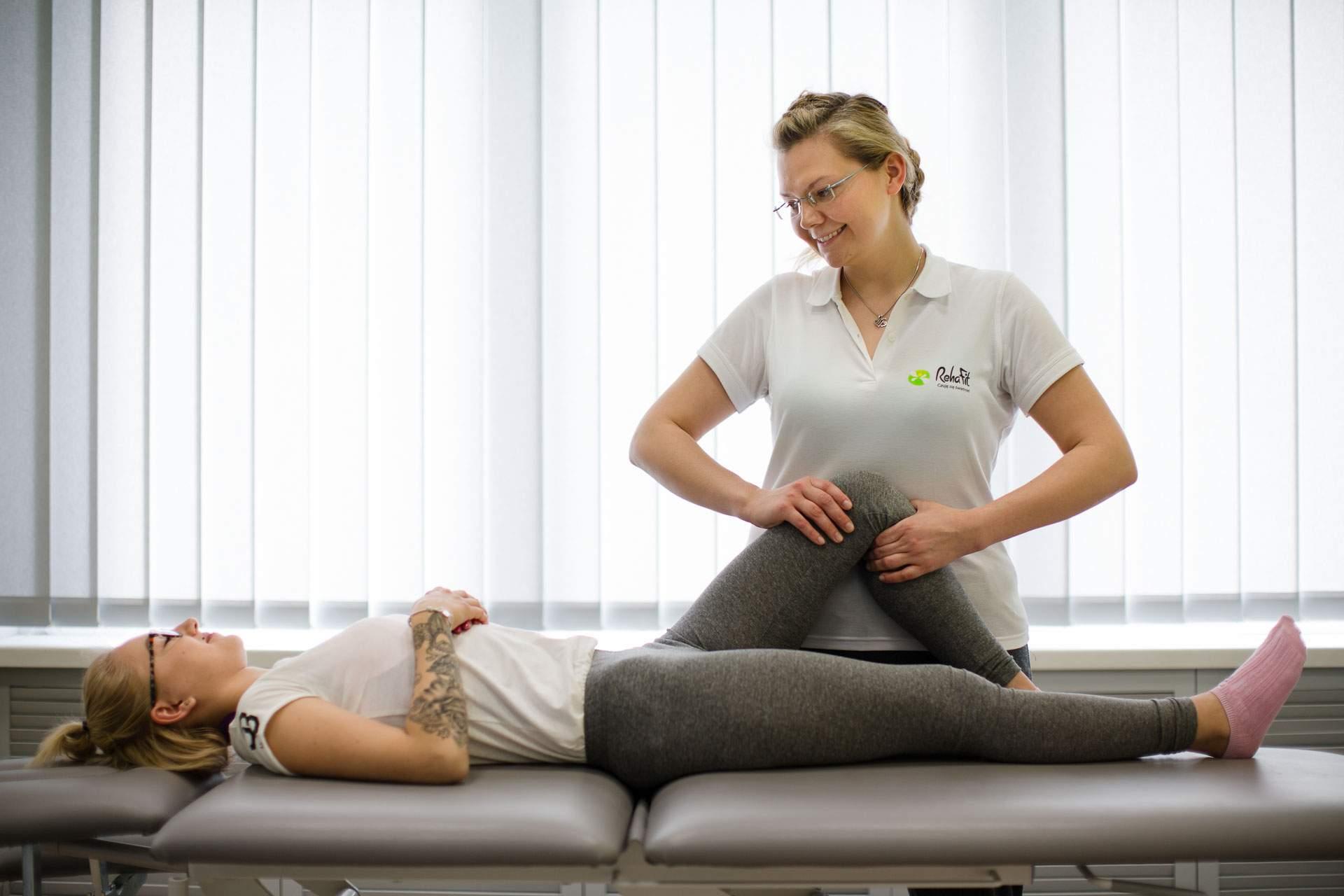 Fizjoterapeuta Maria Stachów wykonująca terapię manualną w obrębie kolana pacjentki.