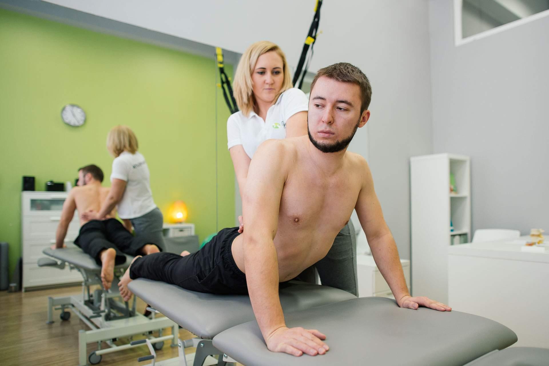 Przeprost z dociskiem ze strony fizjoterapeuty to jedna z podstawowych technik rehabilitacji kręgosłupa metodą McKenziego.