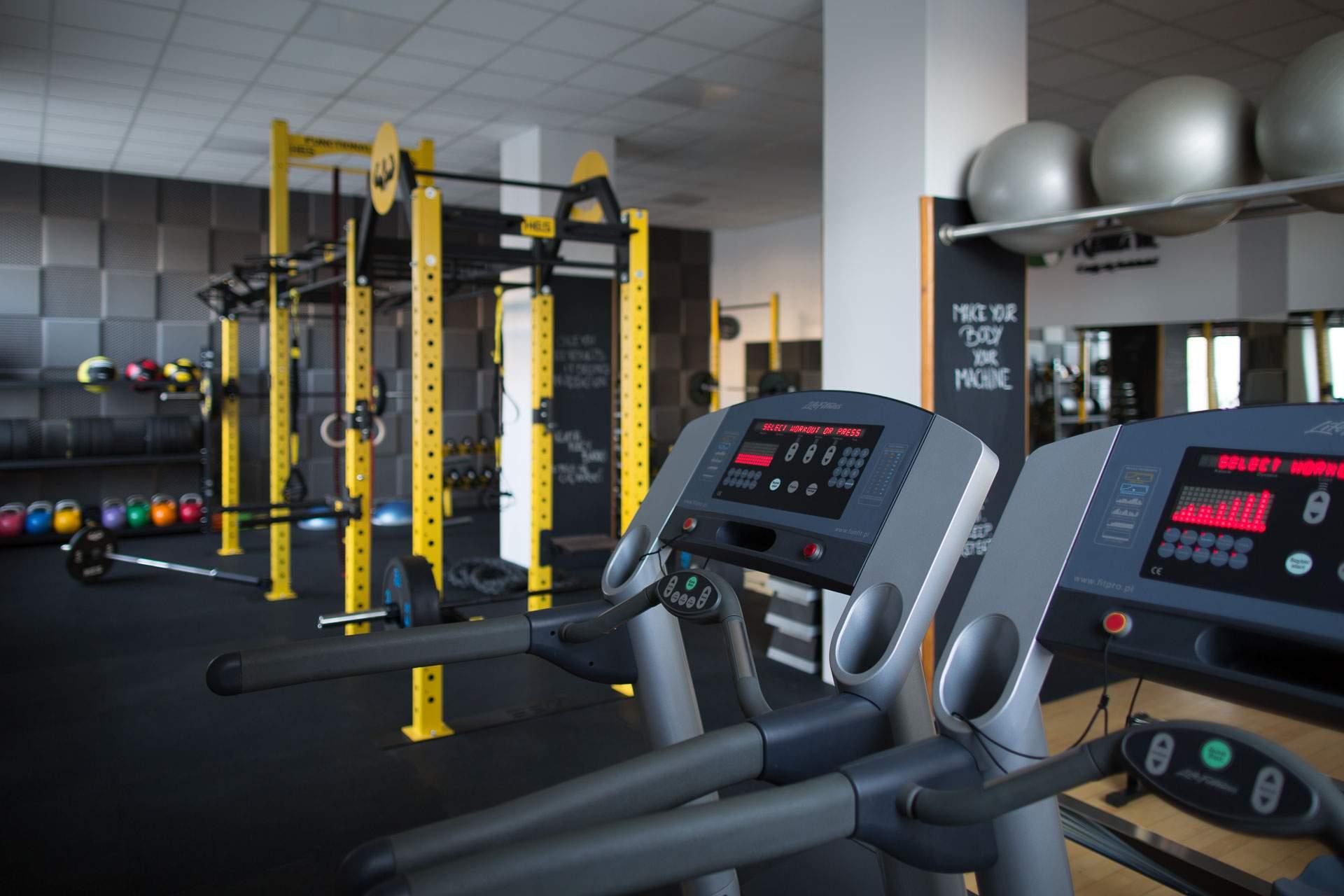 Bieżnie i strefa cardio studia treningu personalnego RehaFit