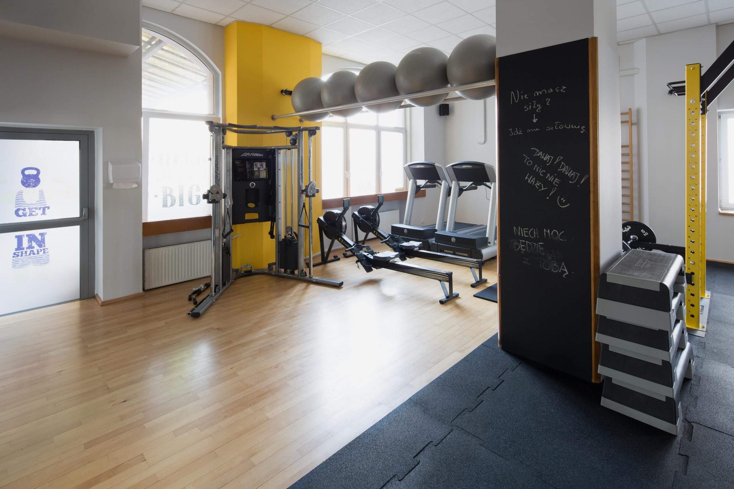Przestronne i urządzone w dobrym guście centrum treningu personalnego RehaFit.