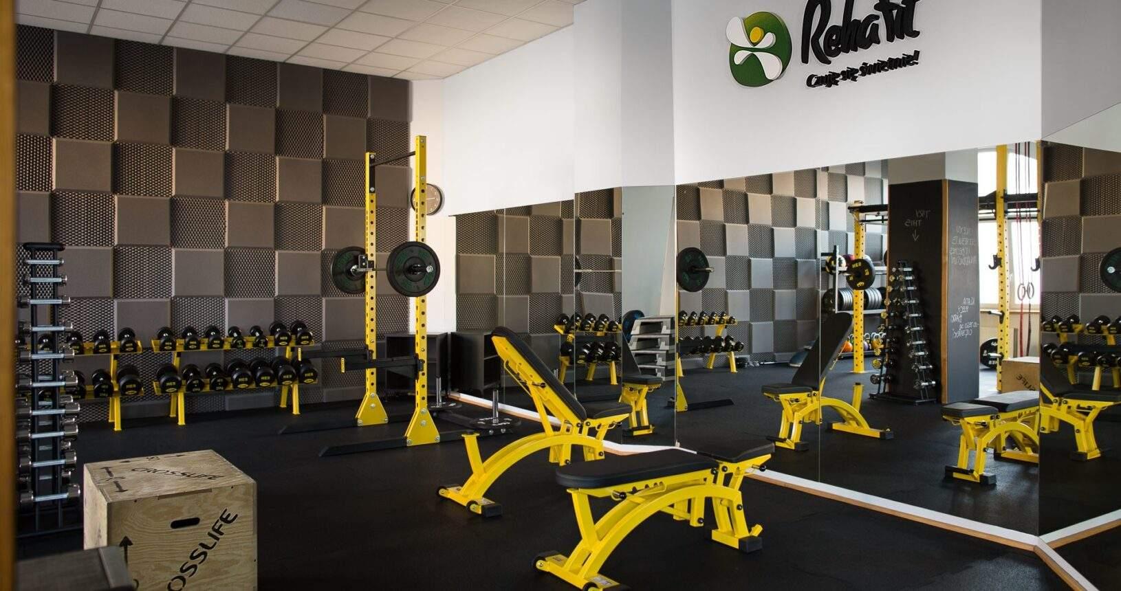 W centrum treningu personalnego RehaFit będziesz dobrze się widzieć na każdym kroku.