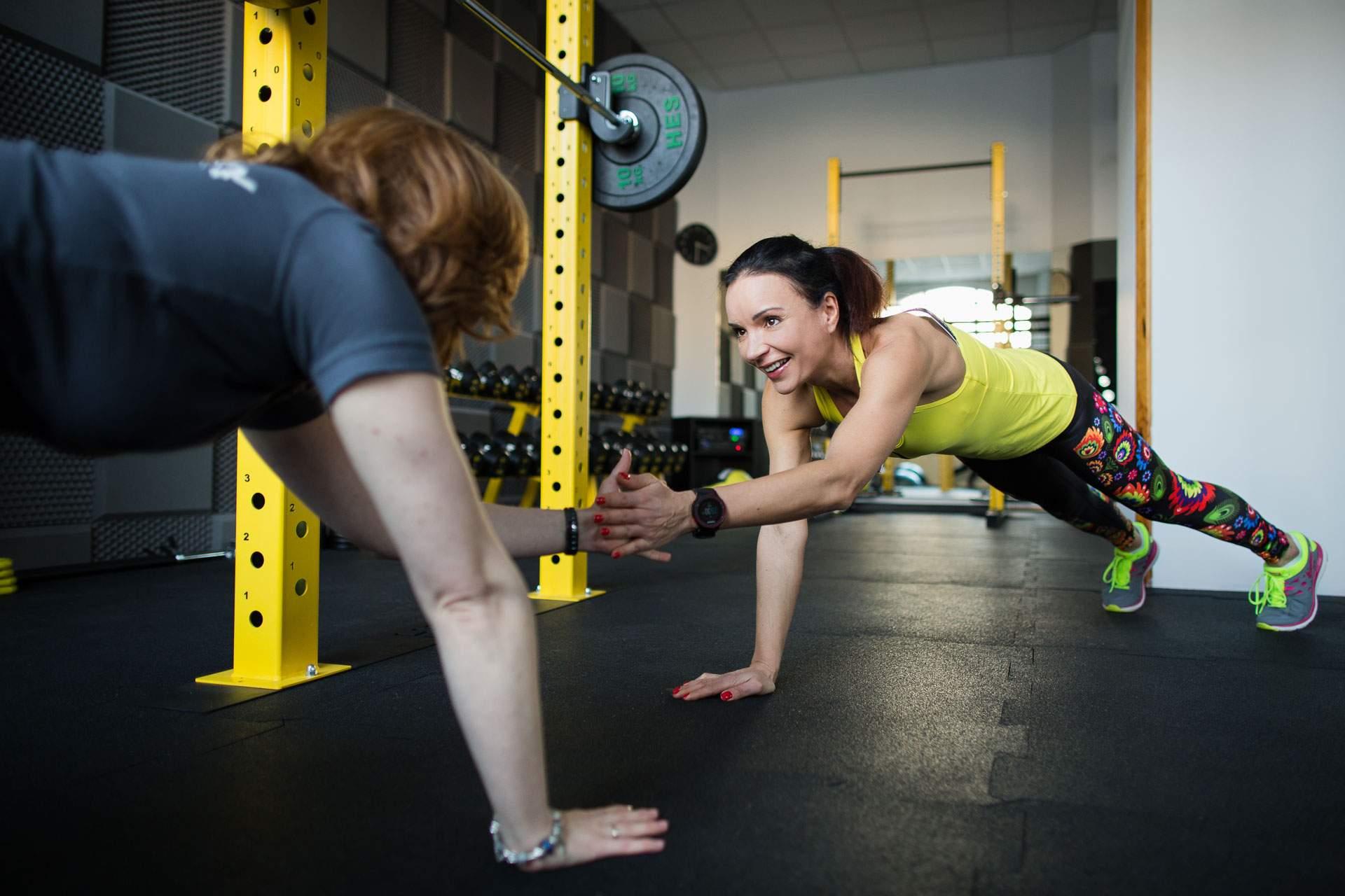 Plank- deska to idealne ćwiczenia na mięśnie brzucha, wie o tym każdy trener personalny.