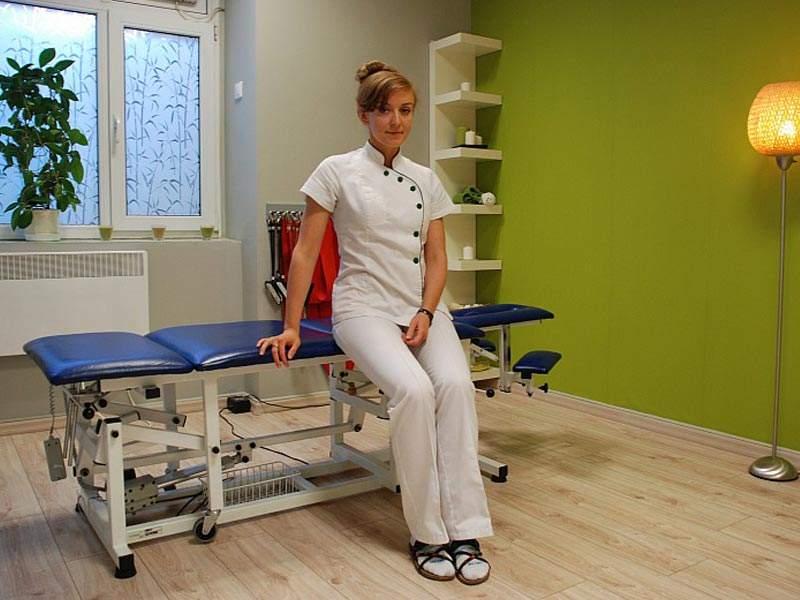 Portret fizjoterapeutki w gabinecie rehabilitacyjnym.