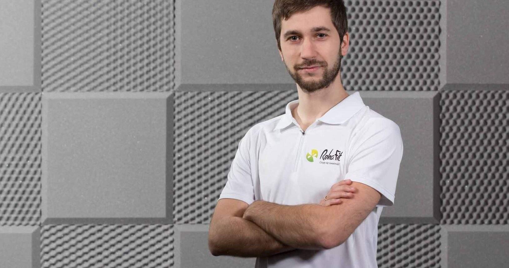 Fizjoterapeuta Wiktor Deroń specjalizujący się w terapii manualnej i rehabilitacji ortopedycznej.