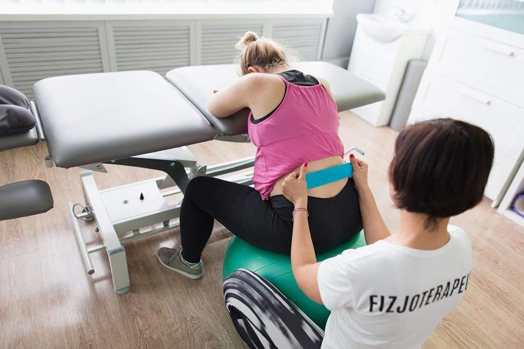 Fizjoterapia w formie kinesiotapingu u kobiety w ciąży cierpiących na problemy bólowe dolnego odcinka kręgosłupa.
