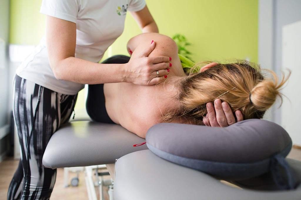 Masaż funkcyjny wykonywany przez fizjoterapeutkę z centrum RehaFit we Wrocławiu. Ten rodzaj masażu skutecznie redukuje wzmożone napięcia mięśniowe kumulowane każdego dnia.