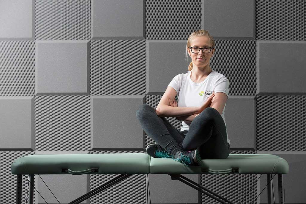 Fizjoterapeutka Anna Denkowska z RehaFit specjalizująca się w rehabilitacji domowej pacjentów w każdym wieku i z różnymi dolegliwościami.