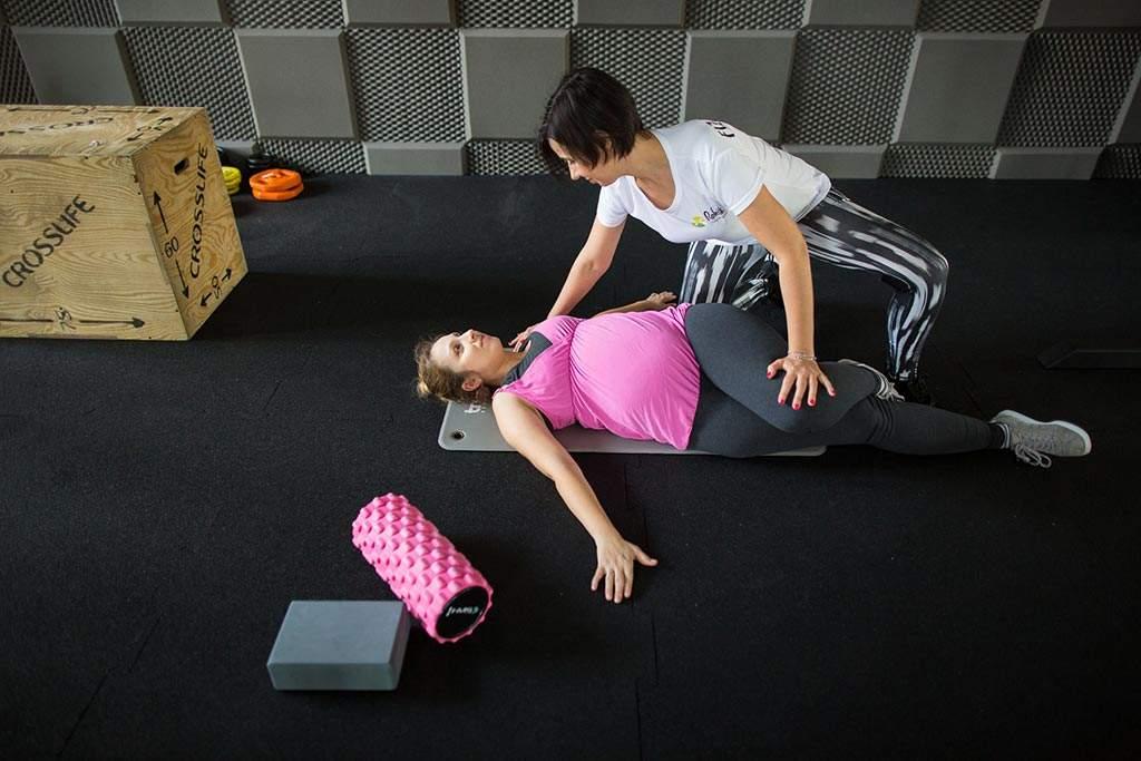 Pani w ciąży podczas treningu personalnego w centrum treningu RehaFit we Wrocławiu.