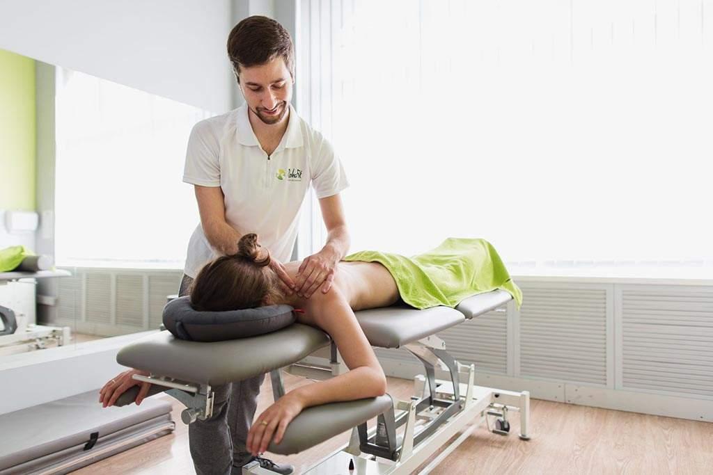 Masażysta wykonujący masaż leczniczy pleców w centrum rehabilitacji i masażu RehaFit we Wrocławiu. Profesjonalny masaż skutecznie redukuje dolegliwości bólowe.