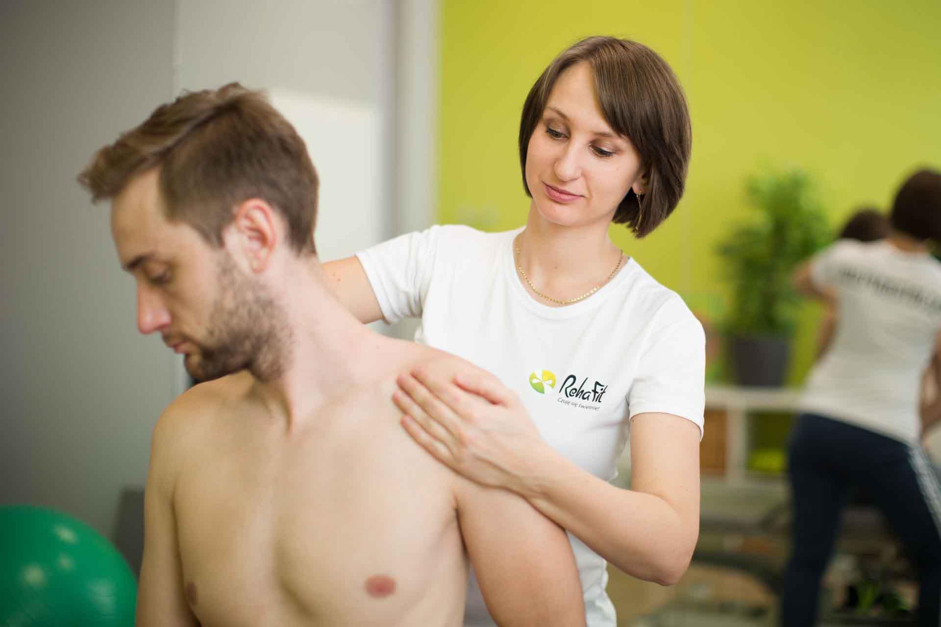 Fizjoterapeutka podczas rehabilitacji odcinka szyjnego kręgosłupa w centrum RehaFit we Wrocławiu.