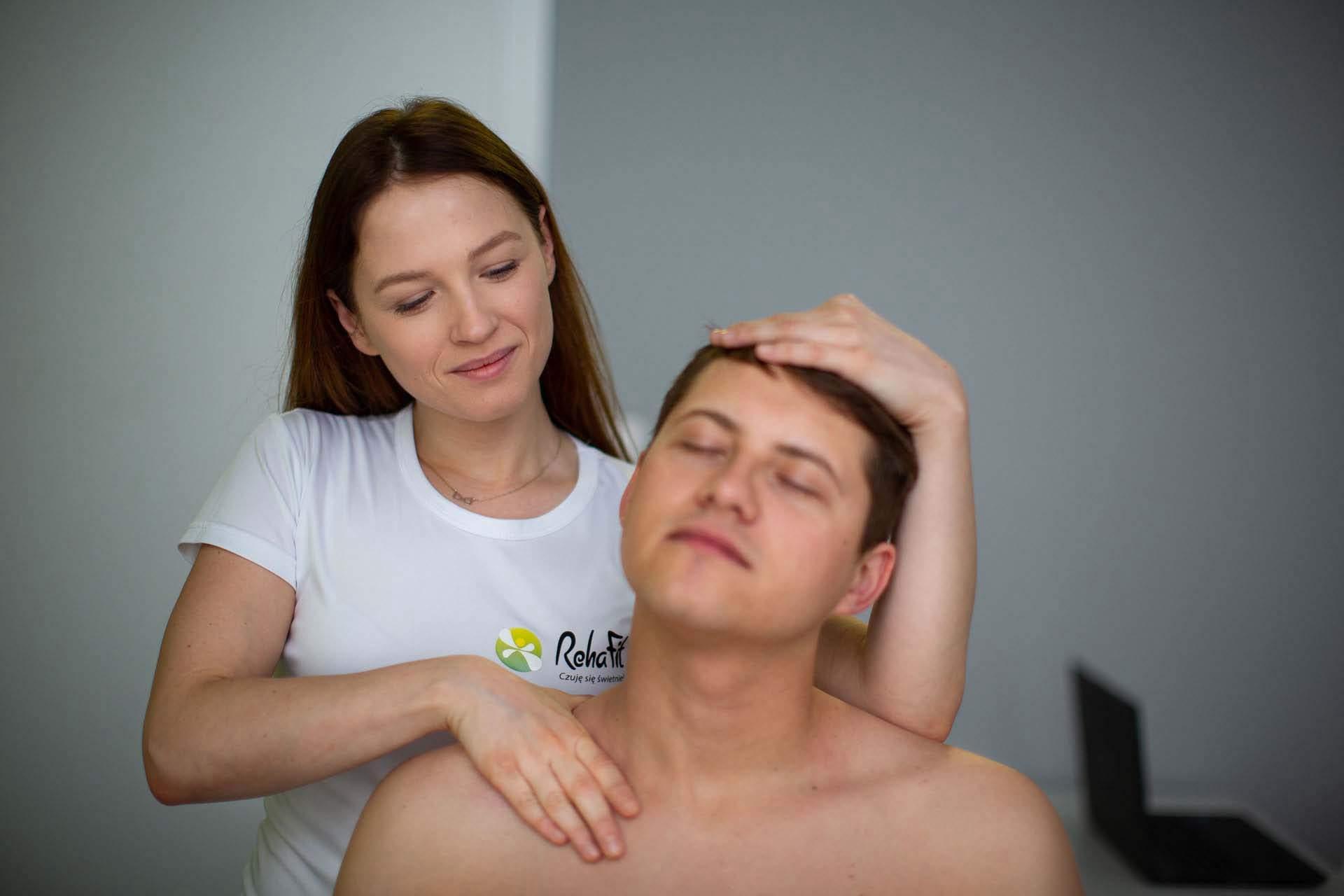 Masażystka wykonującą masaż tkanek głębokich.