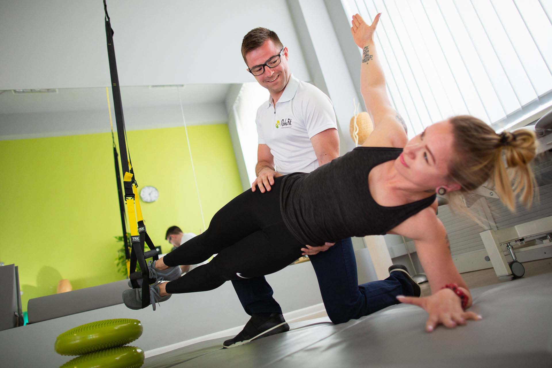 Doświadczony fizjoterapeuta podczas indywidualnej pracy z pacjentem we wrocławskim centrum rehabilitacji i masażu RehaFit we Wrocławiu.