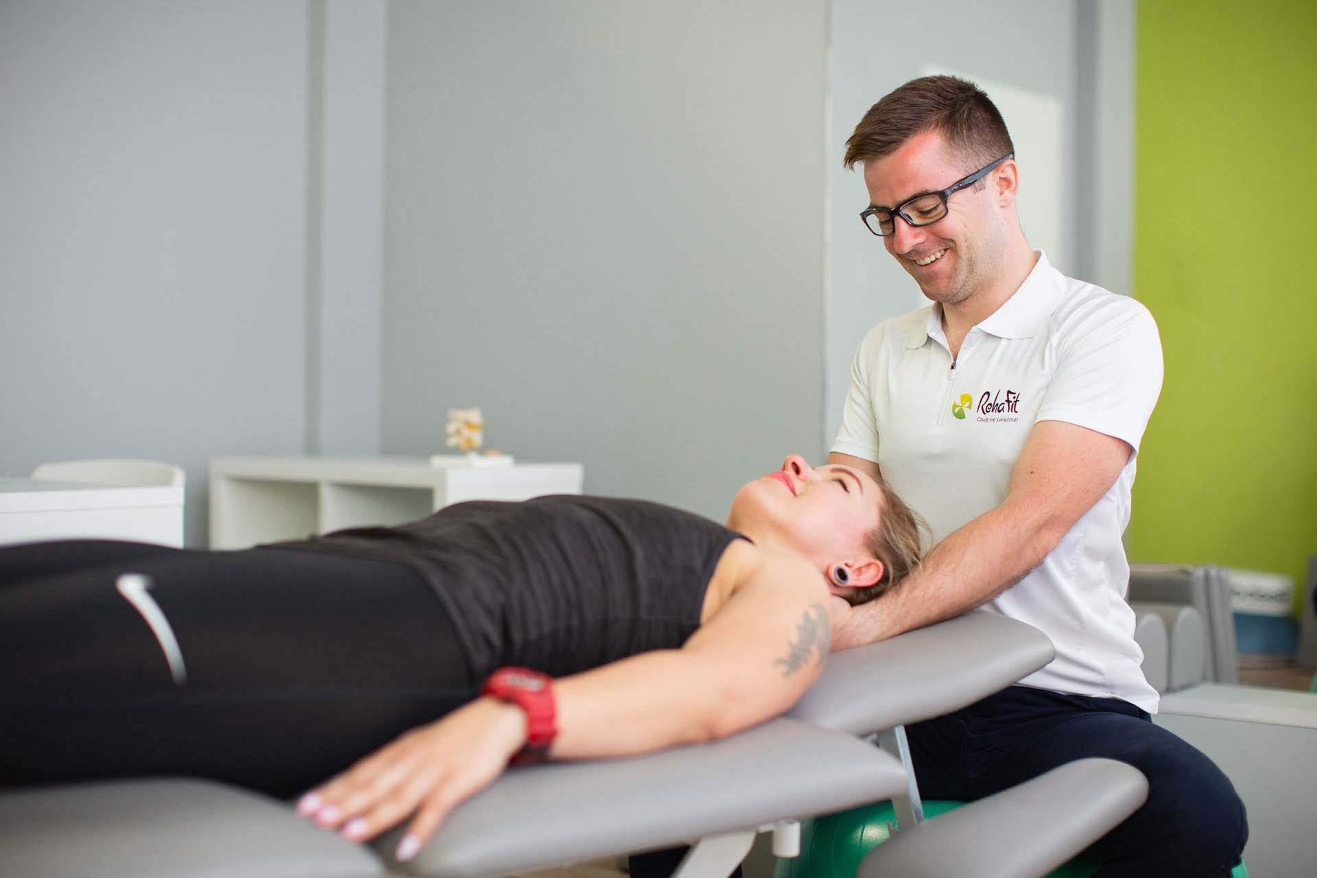 Terapia powięziowa wykonywana przez doświadczonego fizjoterapeutę w obrębie kręgosłupa szyjnego oraz obręczy barkowej.