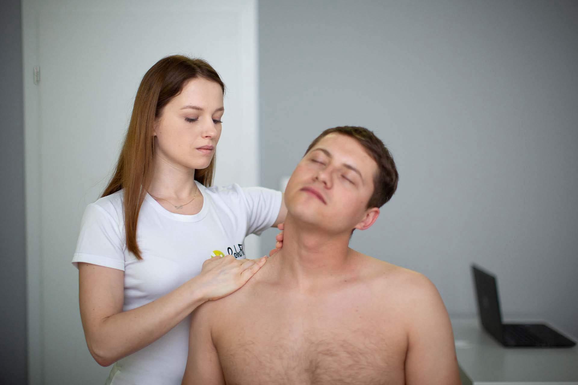 Terapia powięziowa prowadzona w obrębie szyjnego odcinka kręgosłupa.