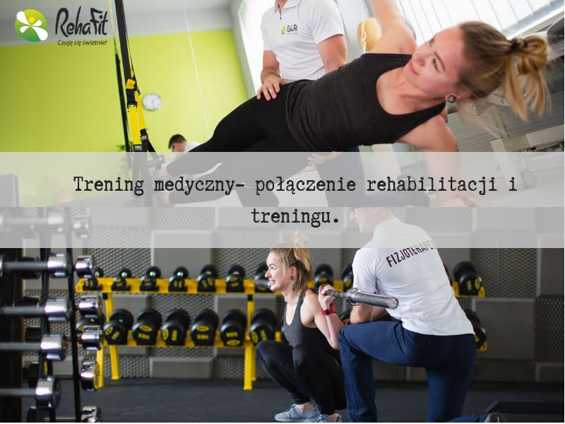 Fizjoterapeuta podczas treningu medycznego mającego na celu powrót do aktywności po przebytym urazie.