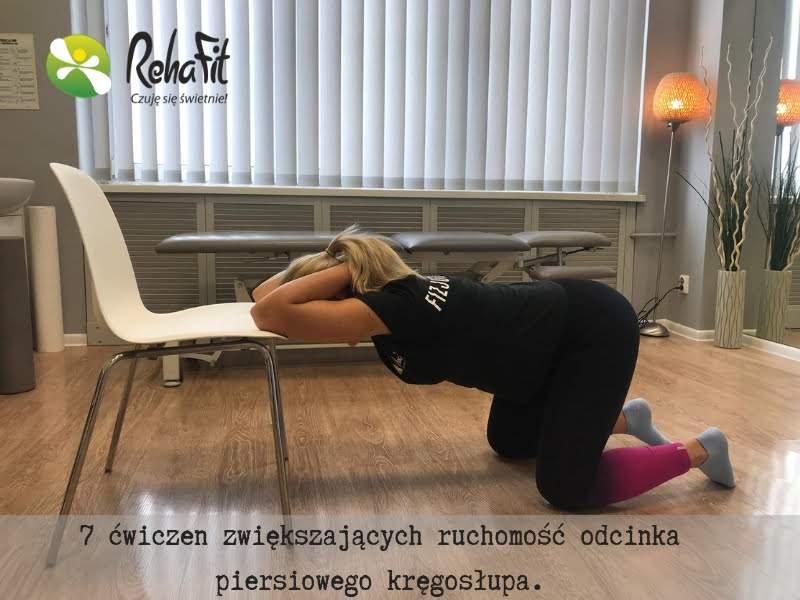 Fizjoterapeutka podczas instruktażu wykonywania prawidłowej automobilizacji dla odcinka piersiowego.