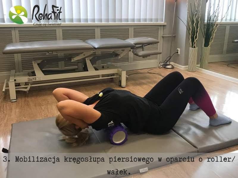 Mobilizacja odcinka piersiowego z użyciem rollera lub wałka.