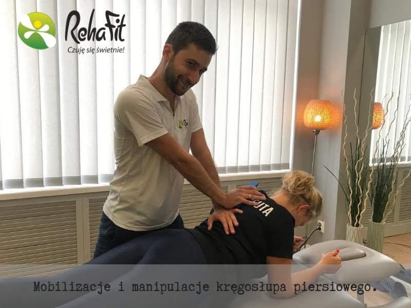 Fizjoterapeuta podczas terapii manualnej odcinka piersiowego kręgosłupa.
