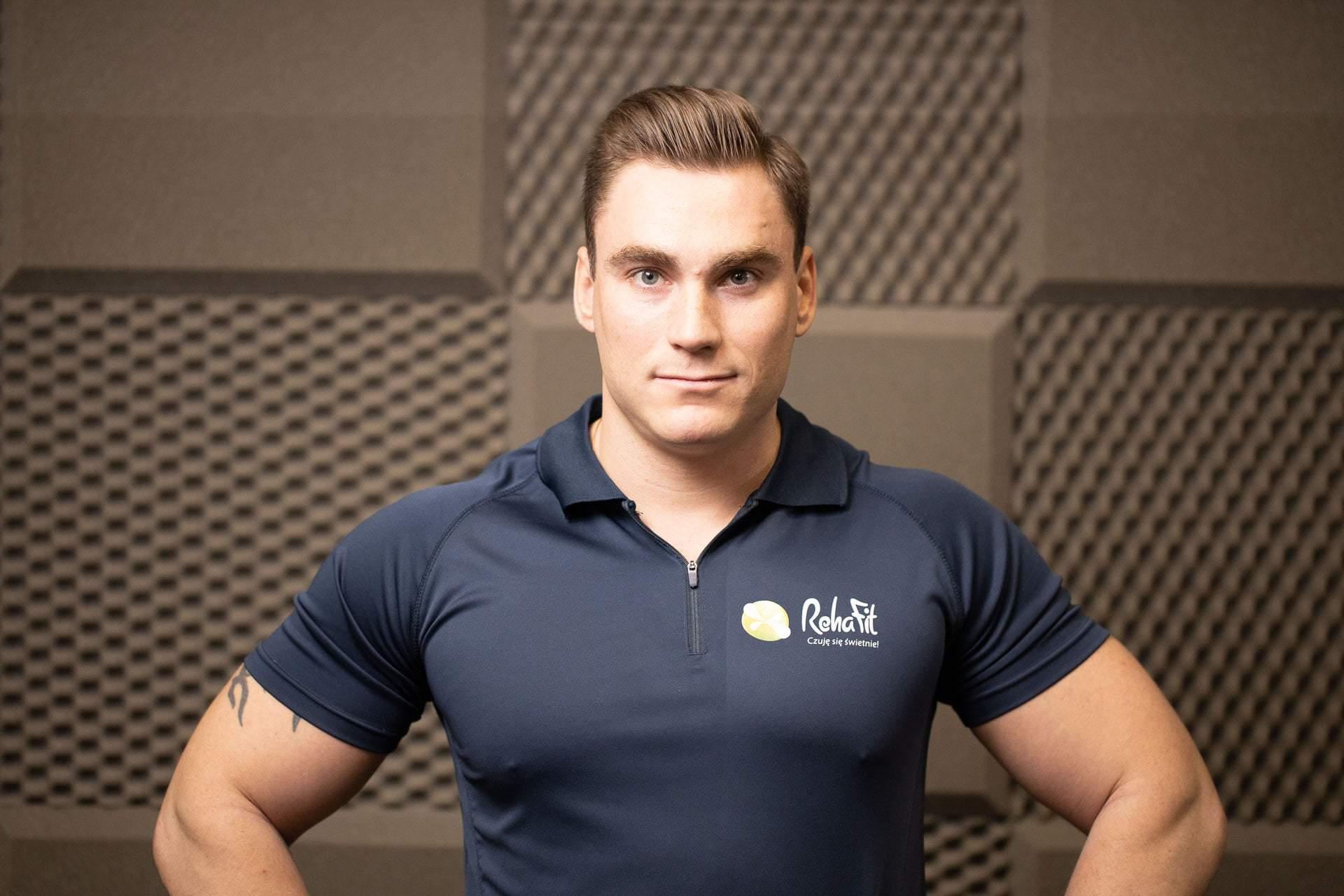 Trener personalny Jędrzej Sokołowski z wrocławskiego centrum rehabilitacji, masażu i treningu personalnego RehaFit.